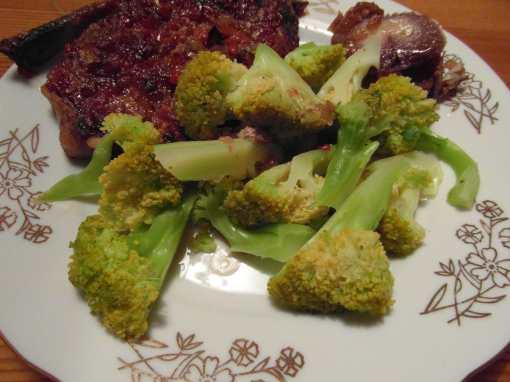 Kousek krkovičky s chilli omáčkou a vařená brokolice