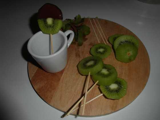 Příprava kiwi lízátek