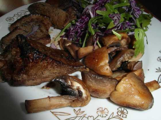 Játra se salátem a osmaženými houbami