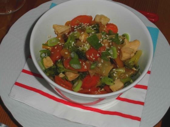 Kuřecí nudličky s trochou medu a zeleninou v asijském duchu