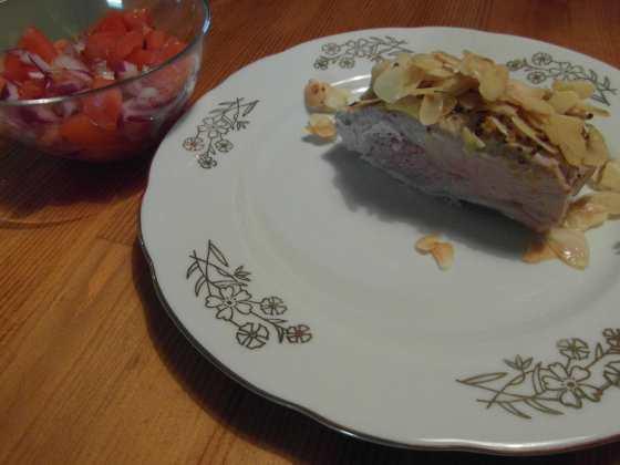 Krůtí prso špikované šunkou v ořeších podávané s rajčatovo-cibulovým salátem