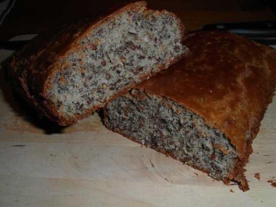 Hotový celozrnný chléb na řezu