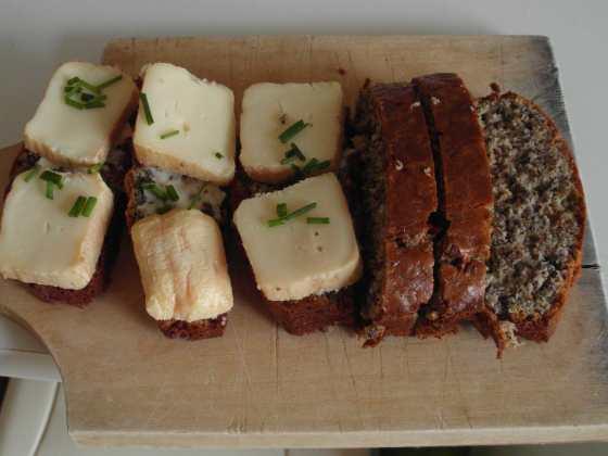 Celozrnný chléb servírovaný s romadurem a pažitkou