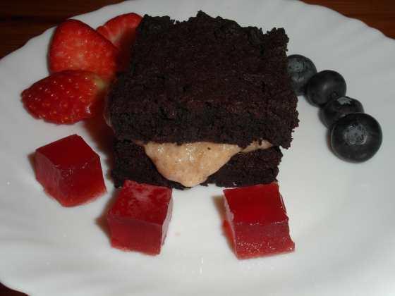 Čokoládový koláč s banánovým krémem, ovocem a jahodovým želé