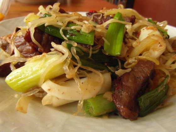 Detail na chow mein s kelp nudlemi