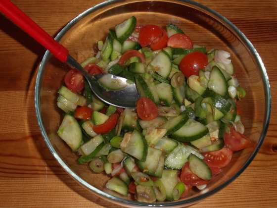 Míchaný salát s avokádem, okurku, rajčaty a jarní cibulkou