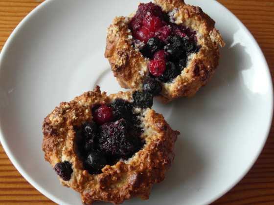 Hotové muffiny s lesním ovocem