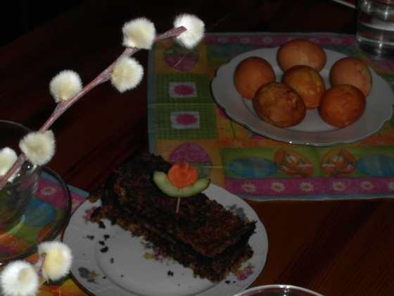 Zátiší s barvenými vejci, kočičkami a květákovým chlebem s ozdobou
