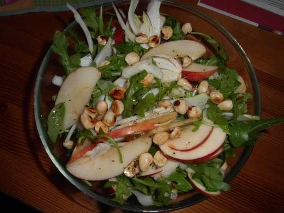 Salát s fenyklem, jablkem, rukolou a lískovými oříšky