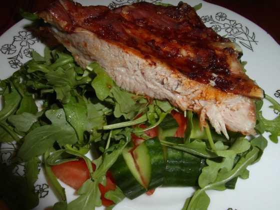 Pečené vepřové žebro na lůžku z míchaného salátu