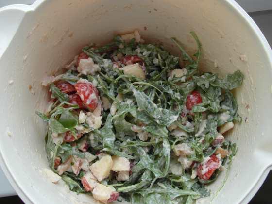 Salát s rukolou, rajčaty a uzenou rybou