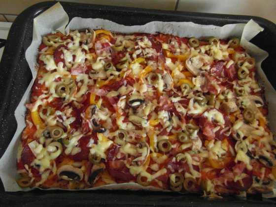 Pizza vyndaná pěkně z trouby