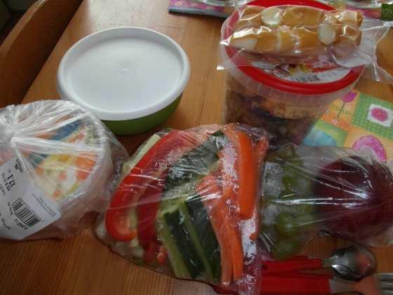 A takhle vypadal náš první piknik - sbalené jídlo - špízy se satay omáčkou, zeleninové špalíky, ovoce a omeletové košíčky