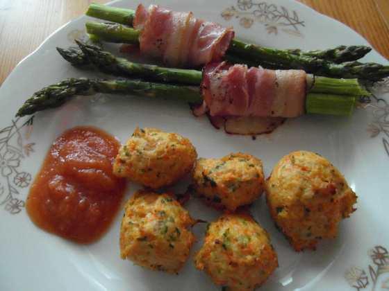 Hotové mrkvové krůtí masové kuličky s pečeným chřestem v slanině a domácím kečupem