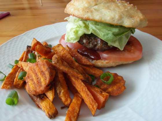 Hamburger s bezlepkovou houskou a batátovýma hranolkama