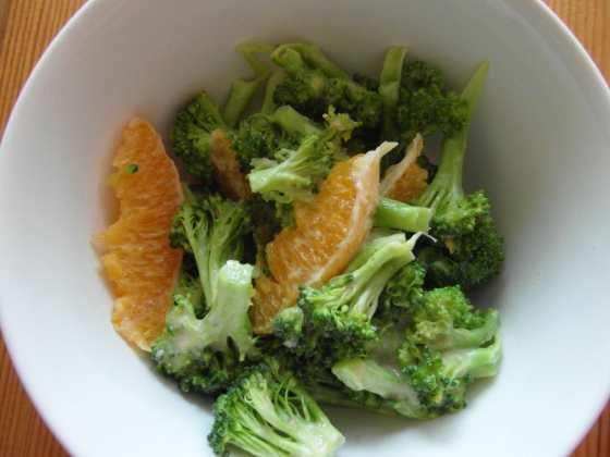 Pomerančový salát s tahini a brokolicí