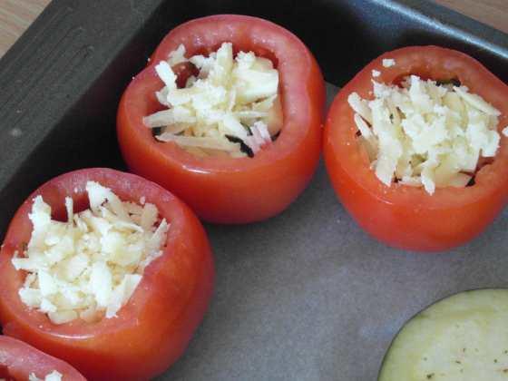 Plněná rajčata před pečením - vedle leží lilkové minipizzy