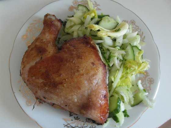 Pečené kuřecí stehno a salát z řapíku celeru