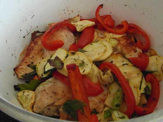 Grilovaná zelenina s kuřecím prsem a bylinkami