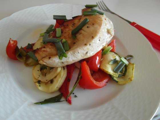 Naservírované grilovankuřecí prsa na zelenině