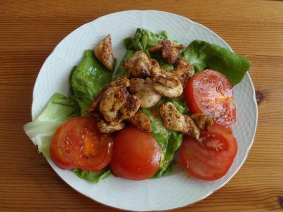 Salát s kuřecími kousky a rozpečenými paprikami