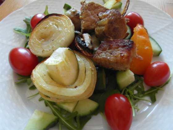 Šašlik se zeleninou / servírování