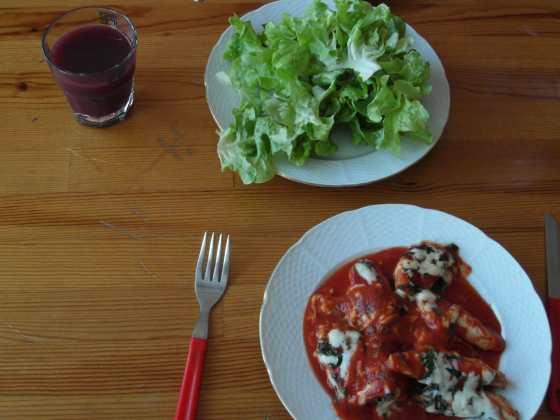Kuřecí steaky na italský způsob podávané se salátem a džusem z jablka a zelí