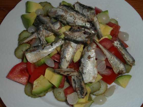 Kyselý salát s sardinkami a avokádem