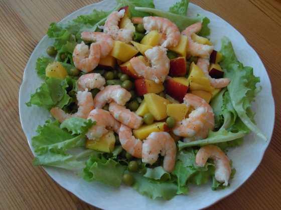 Krevetový salát s hráškem a broskví