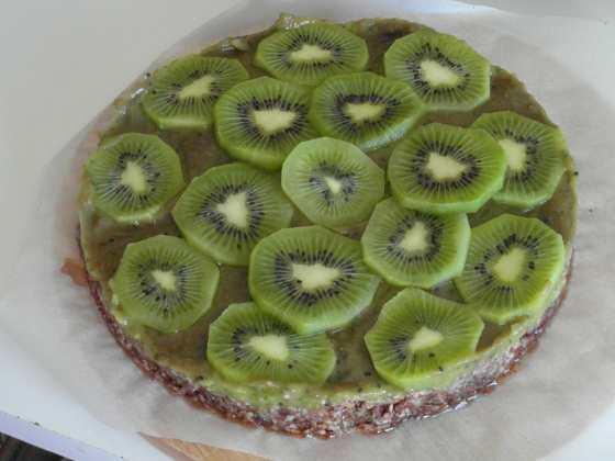 RAW avokádový koláč s kiwi