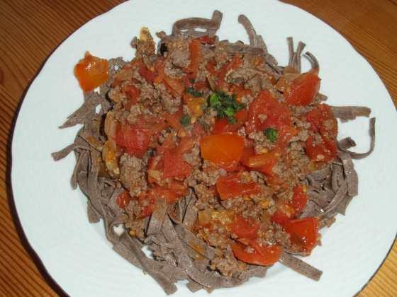 Lněné nudle a rajčatová omáčka