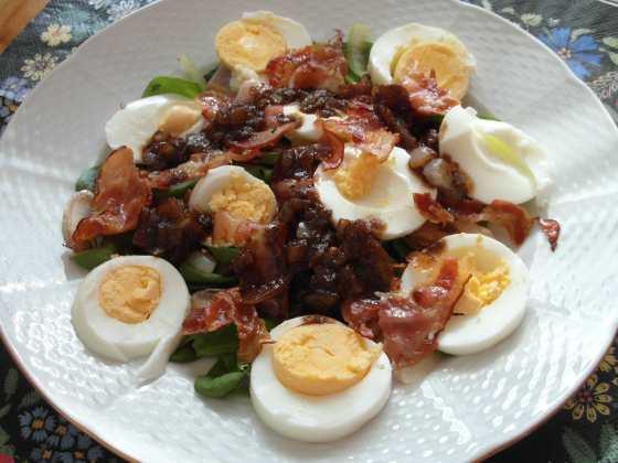Špenátový salát s teplým slaninovým dresinkem