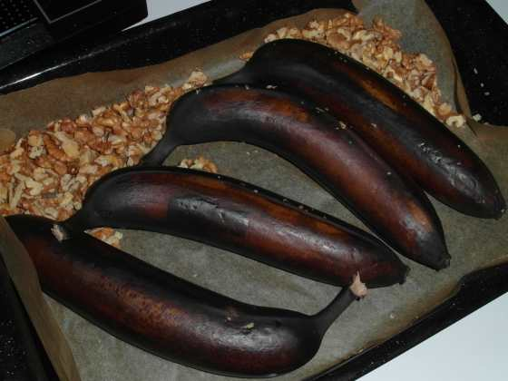 Banány s ořechy na plechu