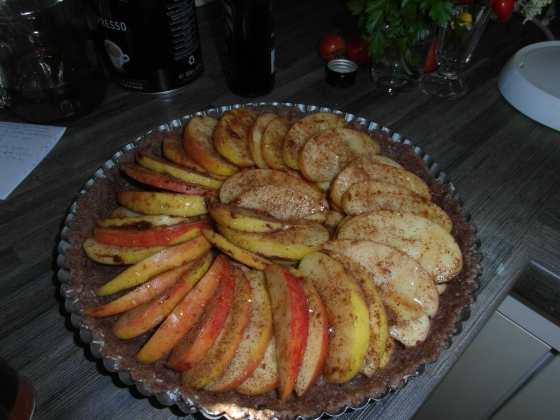 Jablečný koláč s pekanovou krustou před pečením