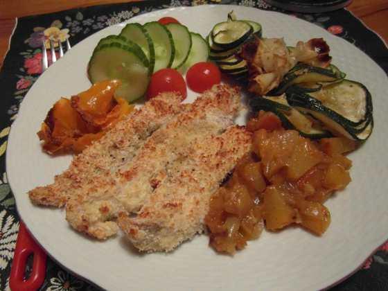 Kuřecí stripy, pečená zelenina, obloha a broskvové chutney