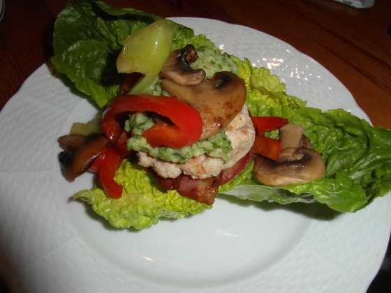 Krůtí burger se zeleninou a avokádovou omáčkou