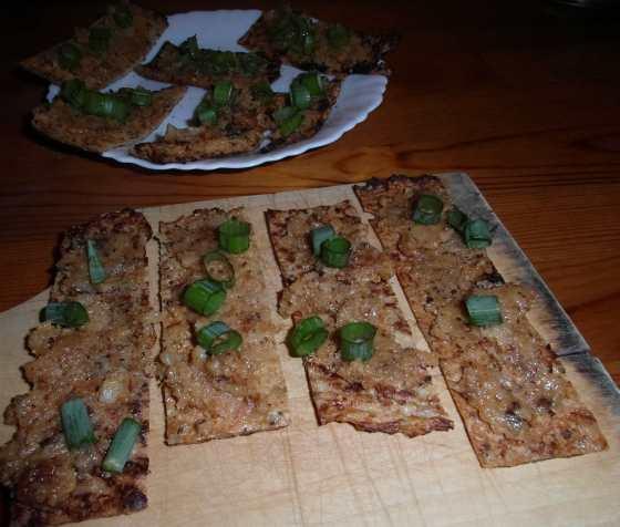 Škvarková pomazánka na květákovíém chlebu