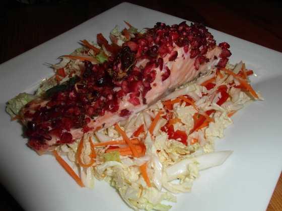 Losos s brusinkovým relish a nakládaným salátem