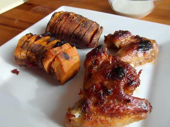 Chili-limetové kuřecí křídla s Hasselback batátou a kešu ranč dresinkem