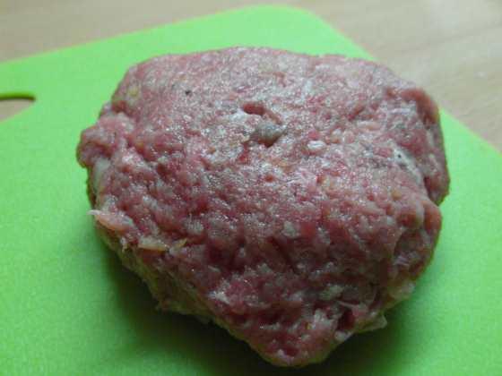 Burger před grilováním