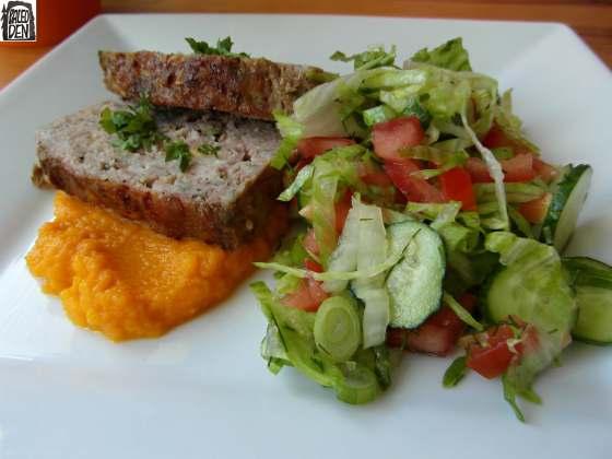 Sekaná, mrkvo-batátové pyré a salát