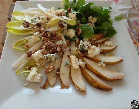 Salát s čekankou, sýrem a ořechy a hruškou