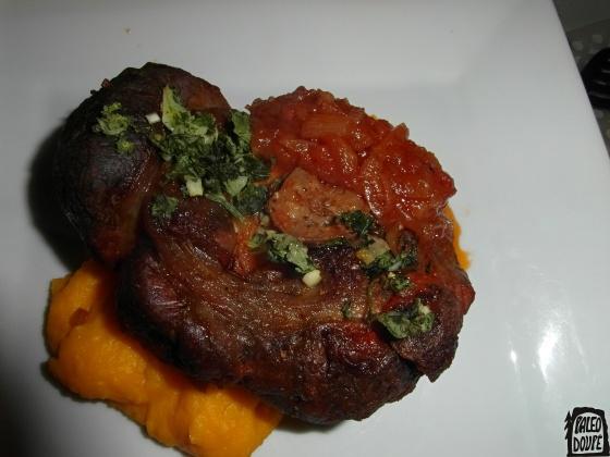 Osobuko na dýňovém pyré s rajčatovou omáčkou a gremolatou