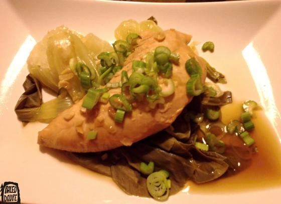 Brasírované kuře, dušený bok choy a jarní cibulka